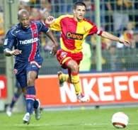 RC Lens - PSG 2:2. Eric Carriere (z prawej) walczy o piłkę z Fabrice'em Pancrate /AFP