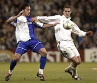 Real - Porto 1:0. Ivan Helguera chroni piłkę przed Carlosem Paredesem