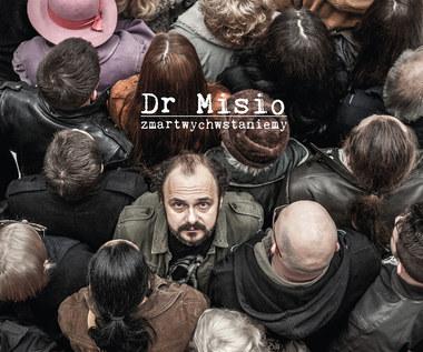 """Recenzja Dr Misio """"Zmartwychwstaniemy"""": Intelekt mu się trzyma. Temu misiu"""