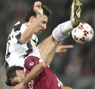 Reggina Calcio - Juventus 2:1. Ibrahimovic walczy o piłkę z Tedesco /AFP