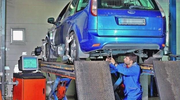 Regulacja zbieżności wykonywana jest ręcznie, a wyniki na bieżąco odczytywane są na podstawie wskazań głowic pomiarowych zamontowanych na kołach. /Motor