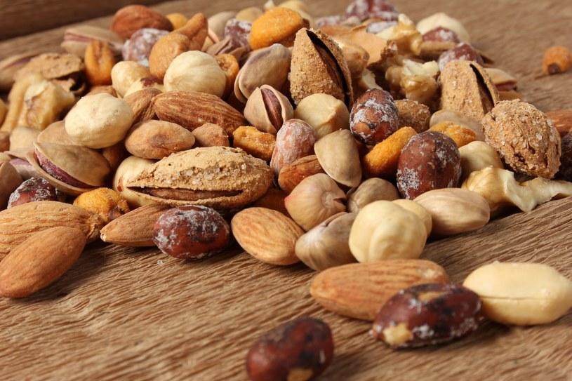 Regularne spożywanie małej porcji orzechów znacznie obniża poziom LDL /123RF/PICSEL