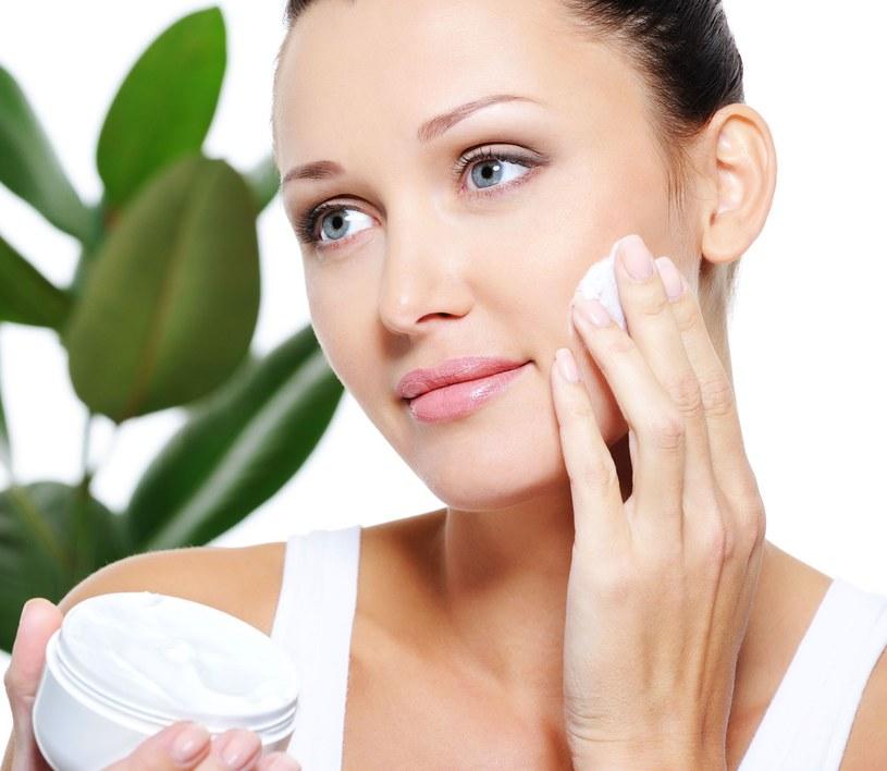 Regularnie nawilżaj skórę nie tylko kremami /123RF/PICSEL