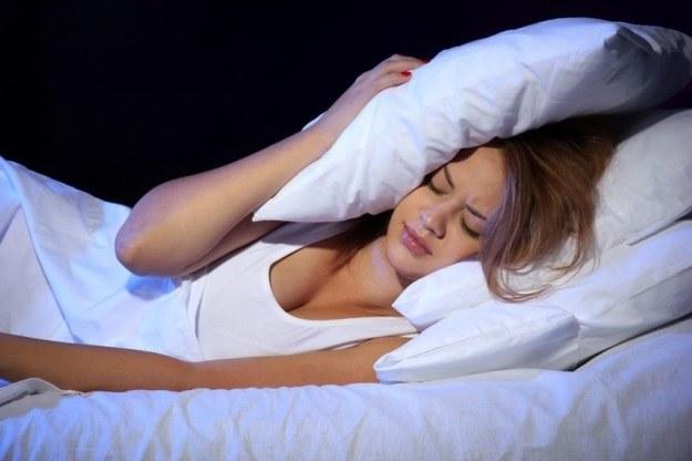 Regularny sen gwarantuje mniejsze otłuszczenie ciała u kobiet /©123RF/PICSEL