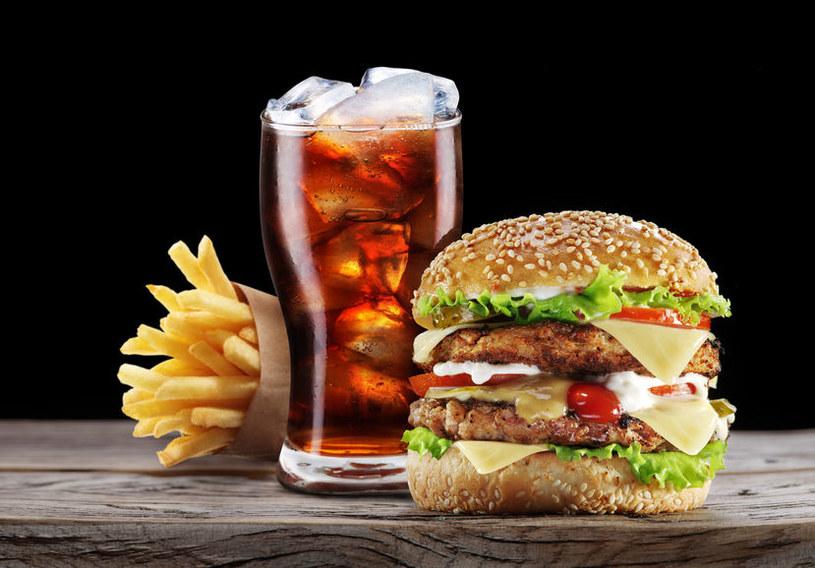 Reklamy fast foodów są niebezpieczne, zwłaszcza dla młodych ludzi /123RF/PICSEL