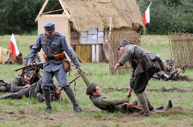 """Rekonstrukcja zwycięskiej bitwy """"Cudu nad Wisłą"""". Ossów, 15 sierpnia 2012 /PAP"""