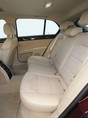 Rekordowa ilość miejsca na nogi, więcej niż w każdej wersji Audi A8. /Motor