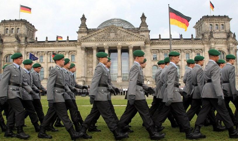Rekruci Bundeswehry przed budynkiem Reichstagu w Berlinie /AFP