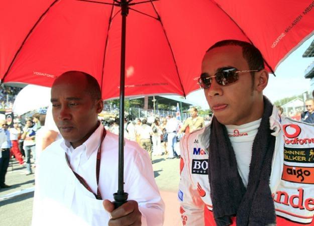 Relacje Lewisa Hamiltona z ojcem Anthonym nie są najlepsze /AFP