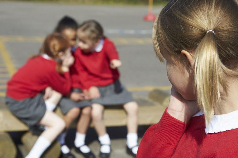 Relacje z rówieśnikami są bardzo ważne dla dzieci w wieku szkolnym /123RF/PICSEL