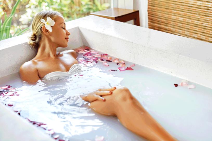 Relaksująca kąpiel w wannie lub orzeźwiający prysznic wpływają na naszą urodę. /©123RF/PICSEL