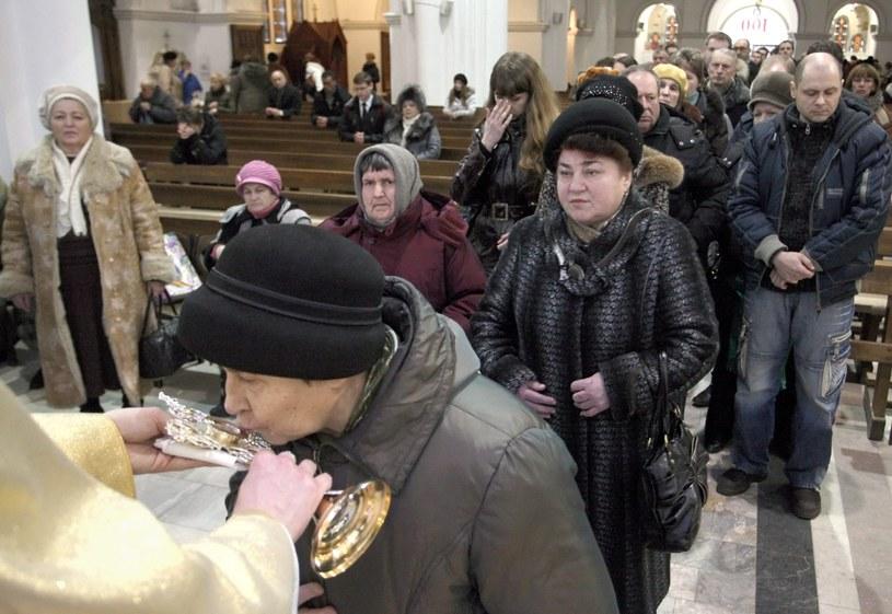 Relikwie krwi Jana Pawła II w mińskim kościele /PAP/EPA