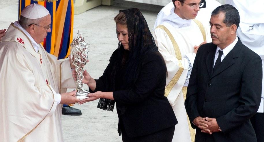 Relikwie papieża Polaka niosła Kostarykanka uzdrowiona przez Jana Pawła II /CLAUDIO PERI /PAP/EPA