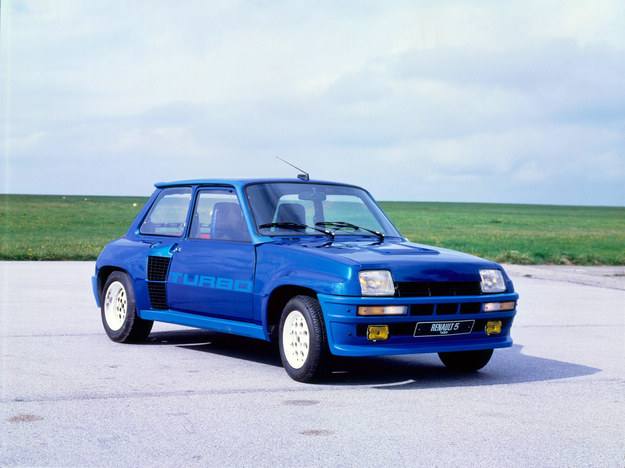 Renault 5 Turbo - pierwsze tak małe auto z centralnym silnikiem turbo. 1.4 - 160 KM. /Renault