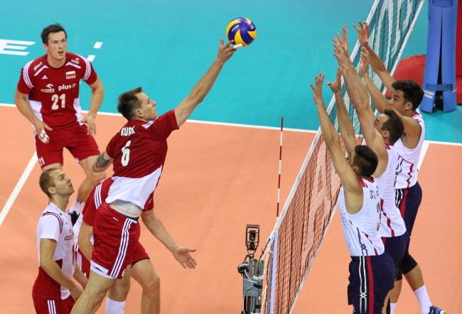 Reprezentant Polski Bartosz Kurek przebija piłkę nad blokiem drużyny USA /PAP/Stanisław Rozpędzik /PAP