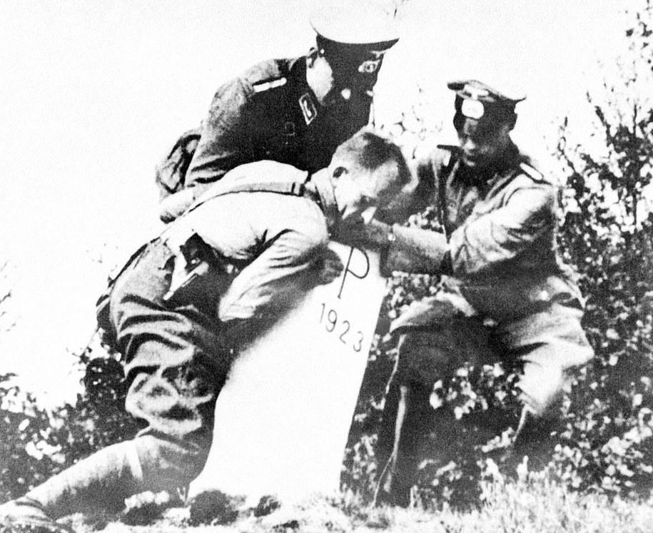 Reprodukcja: Inwazja Niemiec na Polskę we wrześniu 1939 r., żołnierze niemieccy obalają słup graniczny / Reprodukcja /PAP
