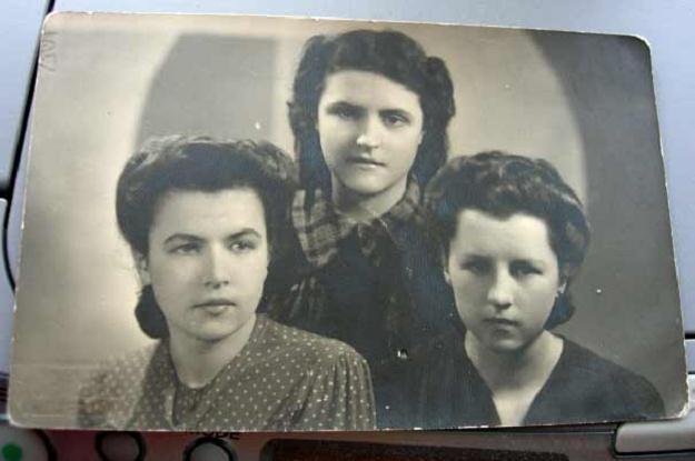Reprodukcja zdjęcia przedstawiającego najmłodsze siostry Flak. Pani Janina pierwsza od prawej /Super Nowości