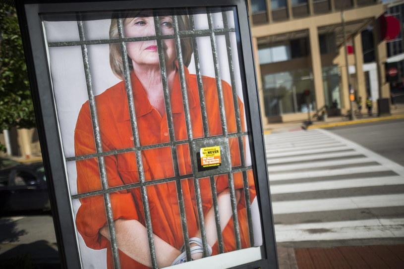 Republikanie wskazują, że miejsce Hillary Clinton jest w więzieniu... /PAP/EPA