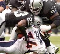 Reuben Droughns sprawił sporo kłopotów defensywie Raiders /AFP