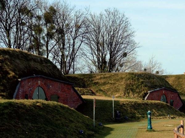 """Centrum """"Hewelianum"""". W  2008 r. zabytkowy fort poddano gruntownej odnowie. Prace konserwatorskie  objęły 18 obiektów ceglanych o  łącznej  powierzchni przekraczającej 1000 m 2"""