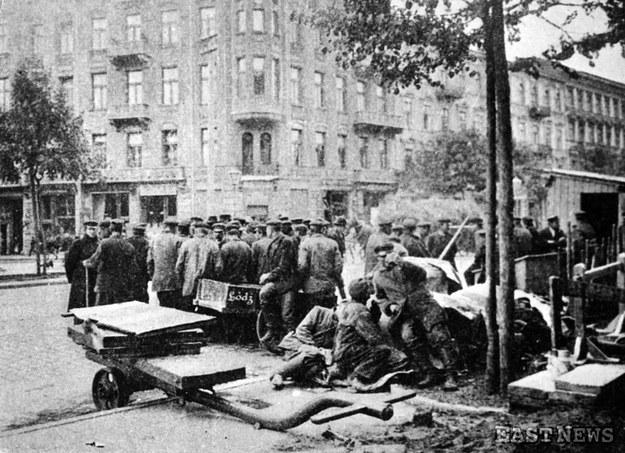 Rewolucja 1905 r. - strajkujący na ulicach Łodzi /Laski Diffusion /East News