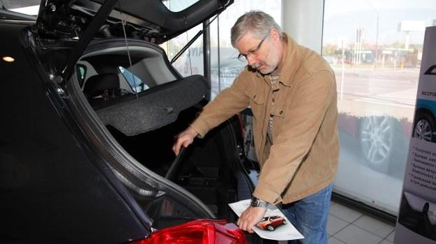 """Rezygnacja z pełnowymiarowego """"zapasu"""" pozwala na obniżenie kosztów produkcji samochodu. /Motor"""