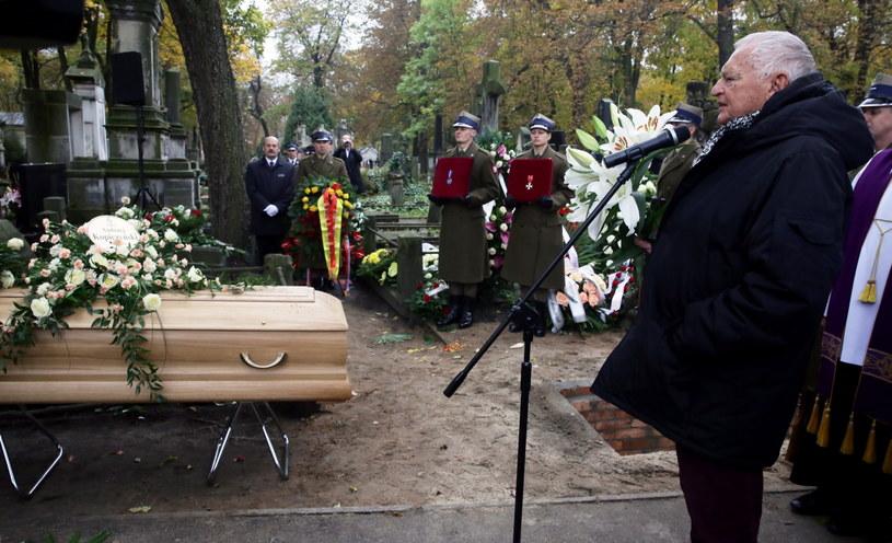 Reżyser Jerzy Gruza (P) podczas uroczystości pogrzebowych Andrzeja Kopiczyńskiego na cmentarzu Powązkowskim w Warszawie /Tomasz Gzell /PAP