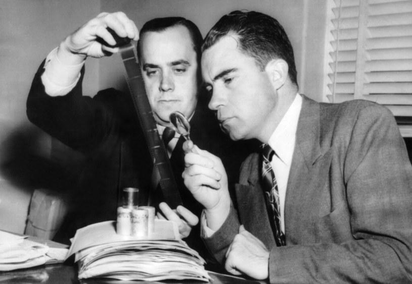 Richard Nixon i Robert Stripling sprawdzają dokumenty pozyskane z mikrofilmu ukrytego przez Chambersa w dyni /Everett Collection /East News