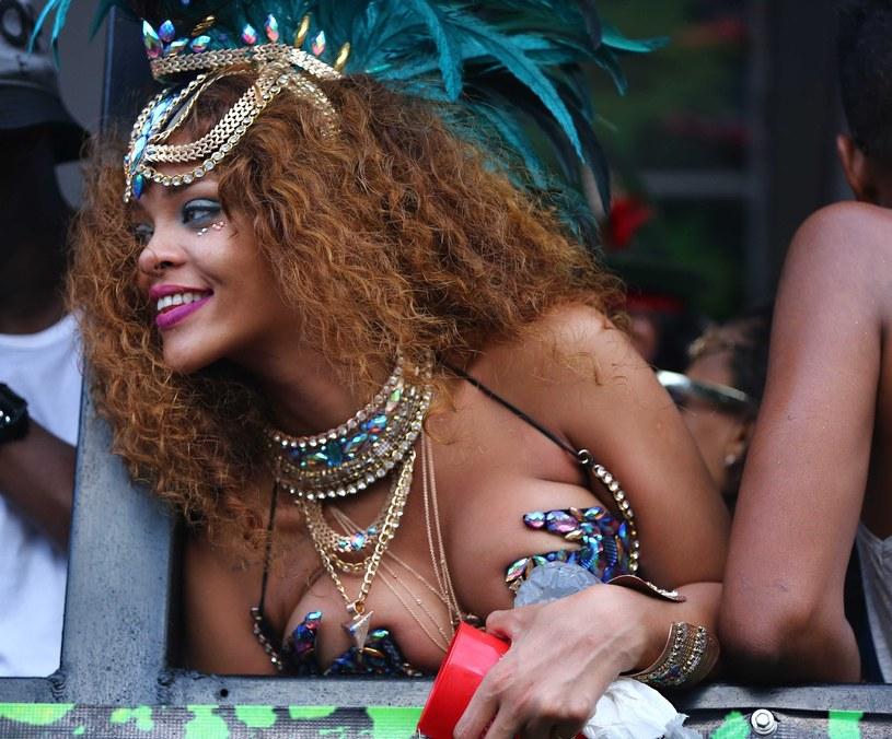 Rihanna nie stroni od skąpych strojów /East News
