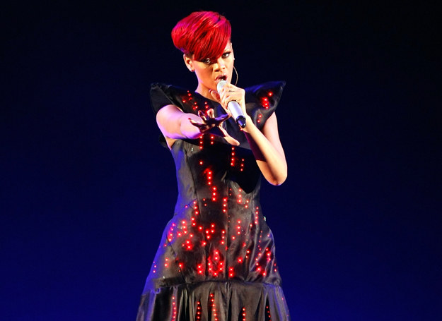 Rihanna, tak jak Bjor czy Lady Gaga chętnie wykorzystuje nowoczesne projekty odziezowe /Getty Images