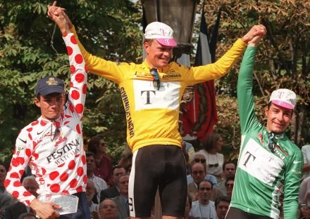 Riis (w środku) na podium Tour de France 1996 /AFP