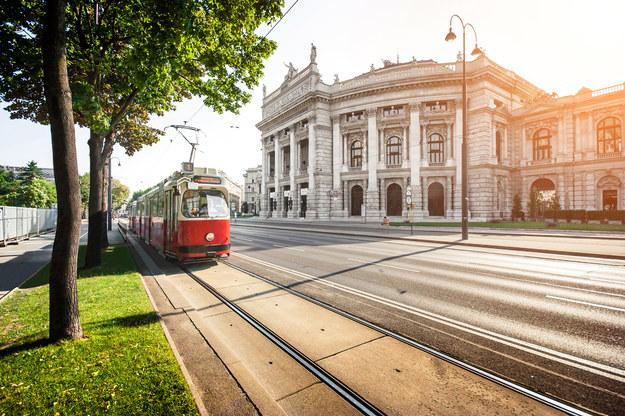 Ringstrasse i tradycyjny czerwony tramwaj /123/RF PICSEL