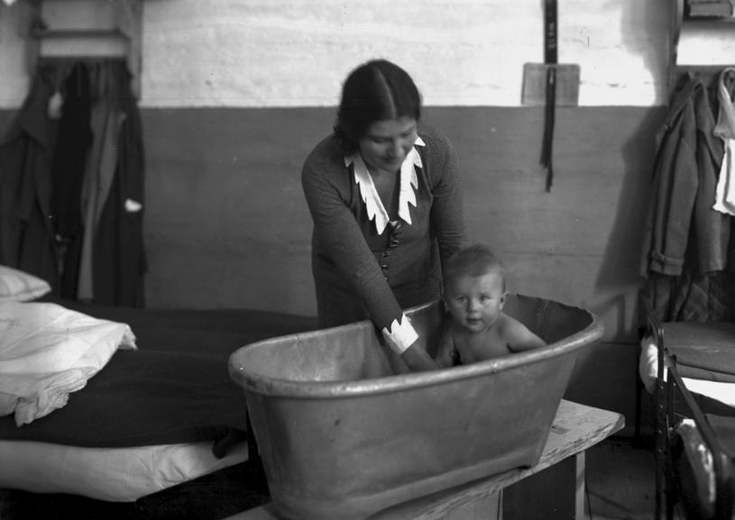 Rita Gorgonowa w celi kąpie swoją córkę Ewę, 1933 r. /Ze zbiorów Narodowego Archiwum Cyfrowego