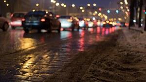 RMF: Śnieg i błoto. Fatalne warunki na drogach