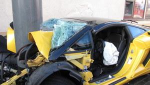 RMF24: Potrącił rowerzystę i rozbił luksusowe auto na latarni