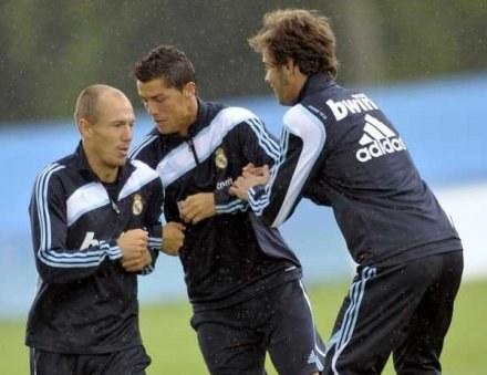 Robben (z lewej) wie, że będzie się musiał twardo bić o miejsce w składzie Realu /AFP
