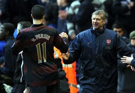 Robbie van Persie odbiera gratulacje od Arsene'a Wengera /AFP