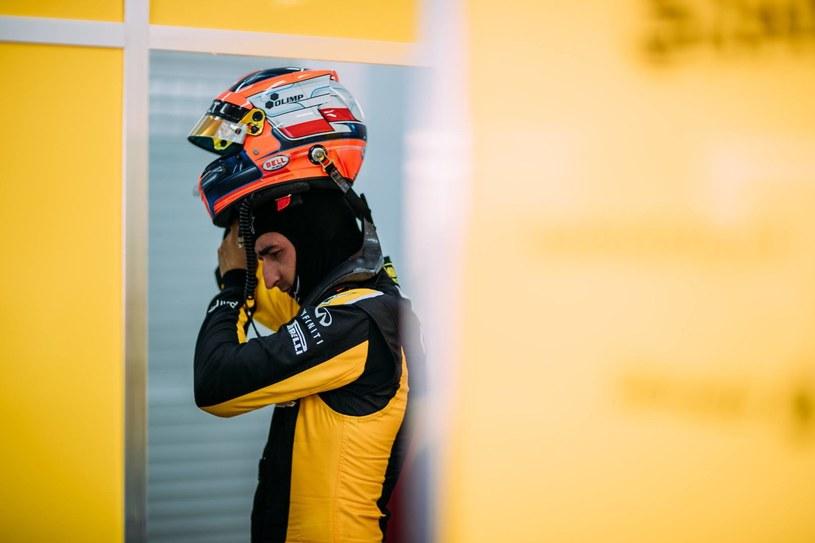 Robert Kubica podczas testów na torze w Walencji /