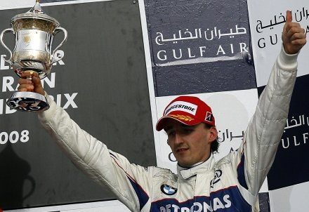 Robert Kubica z trofeum za trzecie miejsce w GP Bahrajnu /AFP