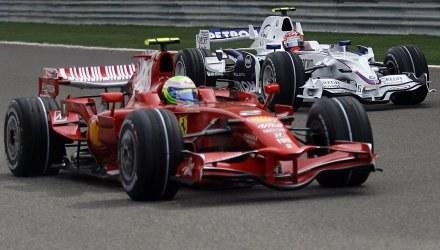 Robert Kubica (z tyłu) zostanie partnerem Felipe Massy w Ferrari? /AFP