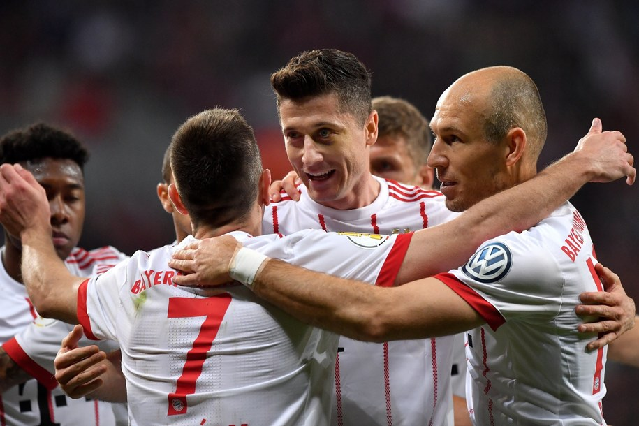 Robert Lewandowski cieszył się z całą drużyną po strzeleniu gola w Pucharze Niemiec /Sascha Steinbach /PAP