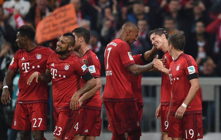 Robert Lewandowski i jego koledzy z drużyny cieszą się z jego gola na 5-1 w pamiętnym meczu z VfL Wolfsburg /Andreas Gebert/DPA /PAP