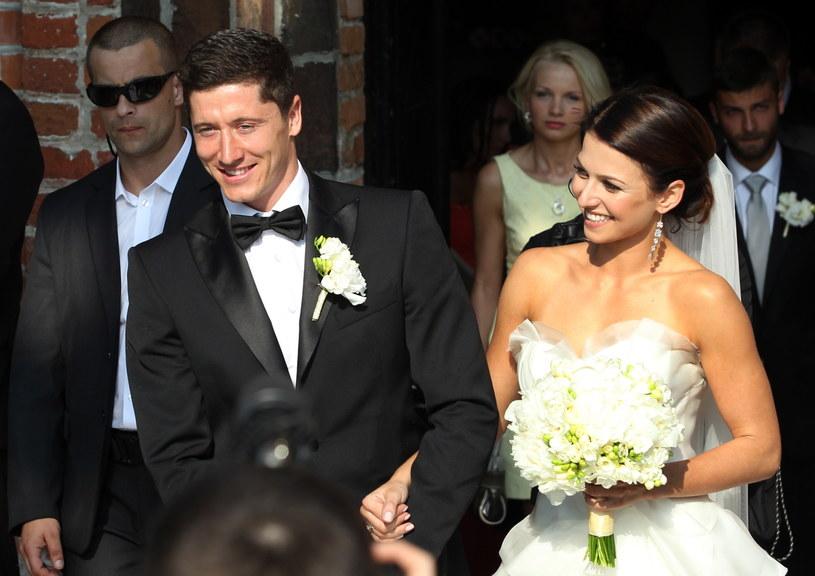 Robert Lewandowski i jego żona Anna Stachurska wychodzą z kościoła św. Anny w Serocku /Fot. Radek Pietruszka /PAP