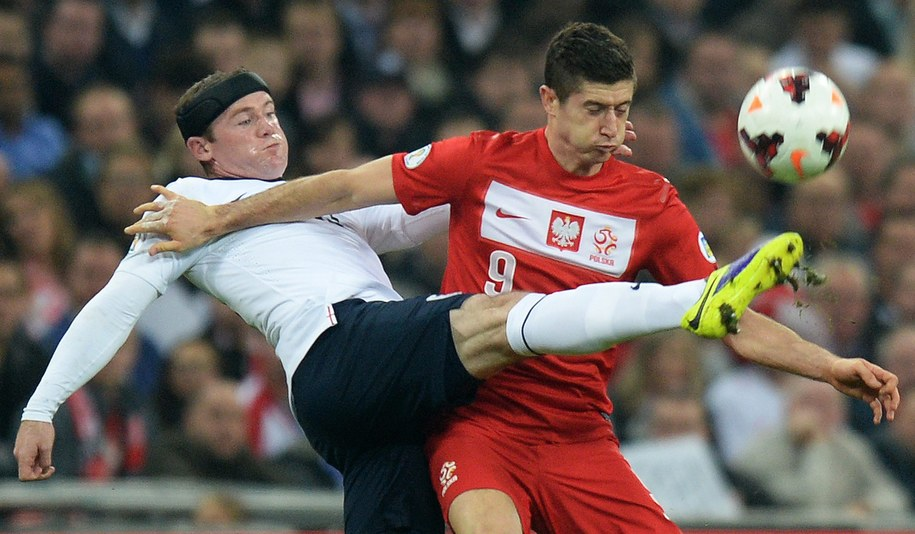 Robert Lewandowski i Wayne Rooney /ANDY RAIN /PAP/EPA