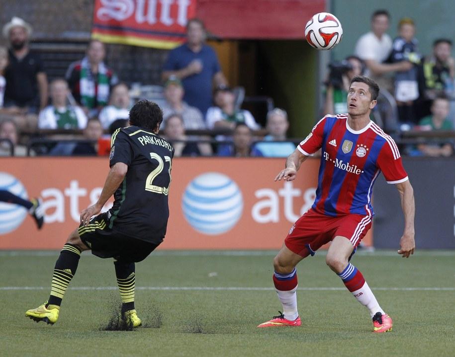 Robert Lewandowski i zawodnik MLS All Stars Michael Parkhurst /STEVE DIPAOLA /PAP/EPA