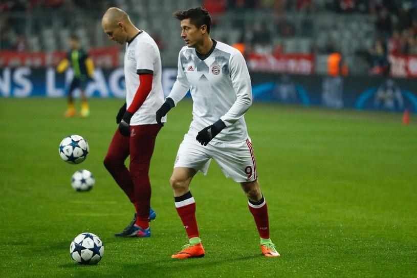 Robert Lewandowski (na pierwszym planie) i Arjen Robben /AFP