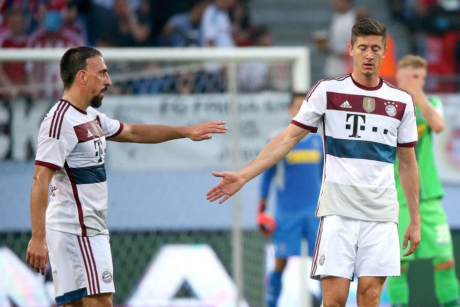 Robert Lewandowski odbiera po golu na 1:0 gratulacje od Francka Ribery'ego /Axel Heimken /PAP/EPA