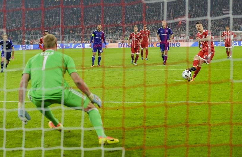 Robert Lewandowski strzela gola z karnego dla Bayernu Monachium /AFP
