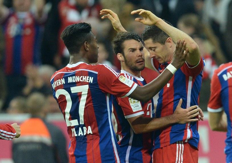 Robert Lewandowski w otoczeniu kolegów po bramce dla Bayernu /AFP