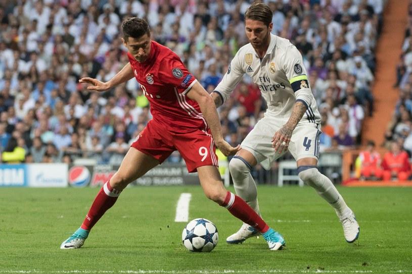 Robert Lewandowski (z lewej, Bayern) w walce z Sergio Ramosem z Realu Madryt /AFP